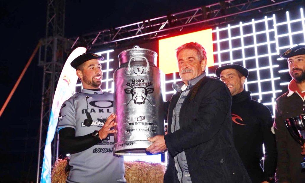 Miguel Angel Revilla entregando el Premio al ganador de La Vaca Gigante